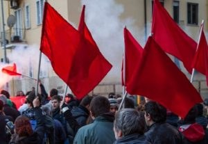 F02 bandiere-rosse-300x207.jpg
